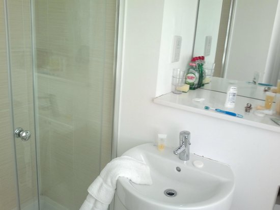 B&B Belgravia: compact studio bathroom