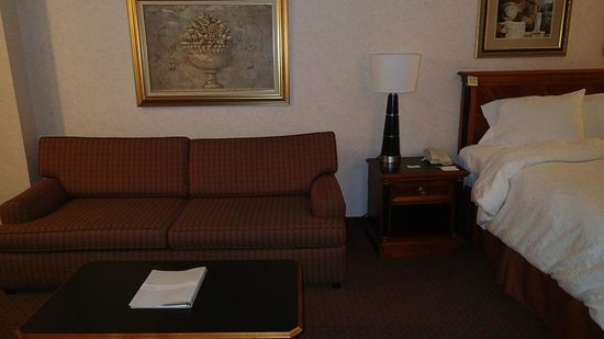 Hampton Inn & Suites SLC Airport: Love seat couch