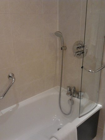 Stratford Manor Hotel: bath and weak shower