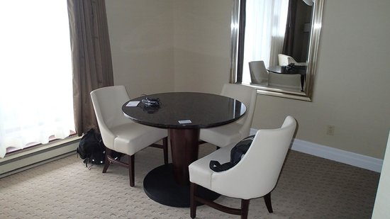 Albert at Bay Suite Hotel: Dining table