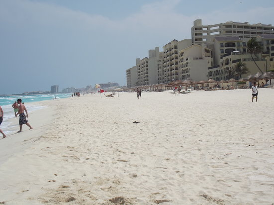 Omni Cancun Hotel & Villas: Beach view to the right