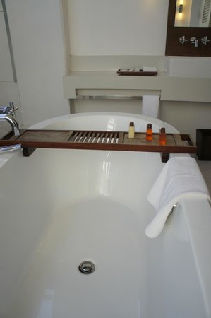 Amara Sanctuary Resort Sentosa: Outdoor Bathtub