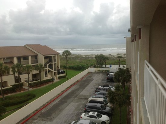 Holiday Isle Oceanfront Resort: view from 5th floor room balcony leaning out