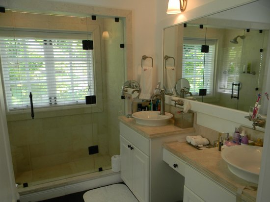 Sugar Beach, A Viceroy Resort : luxury cottage bathroom