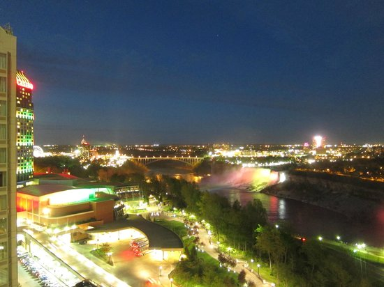 Embassy Suites by Hilton Niagara Falls Fallsview Hotel: Night shot - view from 20th floor