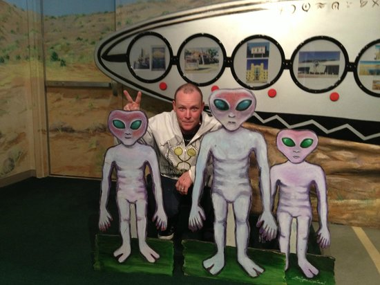 Ruidoso Downs, New Mexiko: Aliens..we aren't in Roswell, are we? Oh well.
