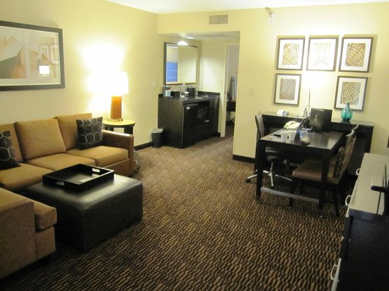 Embassy Suites LAX North: Living room area of suite