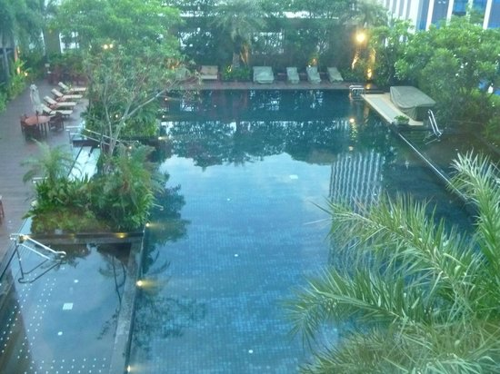 Grande Centre Point Hotel & Residence Ratchadamri : View of pool from deluxe room on Level 10