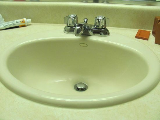 Villa Roma Resort and Conference Center: ancient fixtures in the bathroom and kitchen area