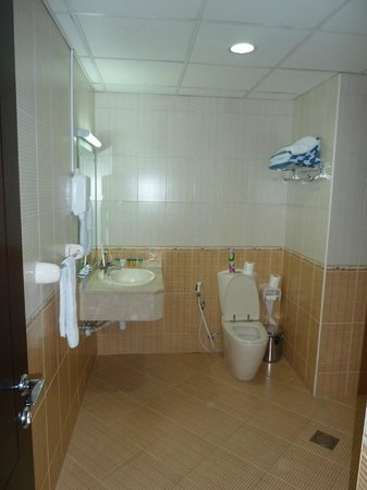 Bavaria Executive Suites Dubai: Main Bathroom/Shower/Toilet