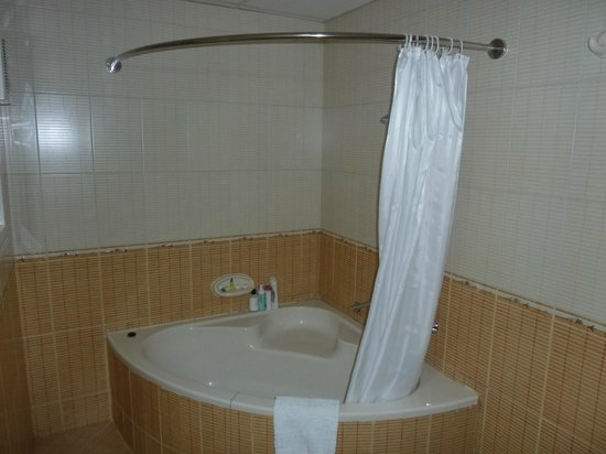 main bathroom shower toilet picture of baity hotel apartments dubai tripadvisor. Black Bedroom Furniture Sets. Home Design Ideas