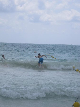 Catalonia Playa Maroma: Fun waves.
