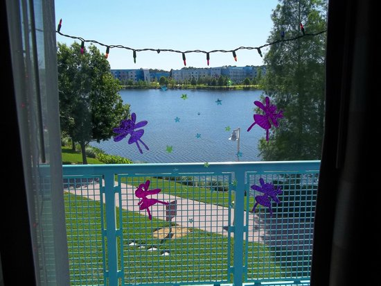 Disney's Pop Century Resort: Window lake view from Rm 3315 in 50's section.