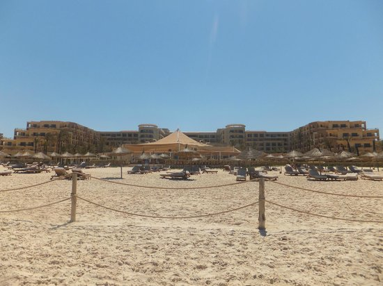 Mövenpick Resort & Marina Spa Sousse: beach looking at hotel