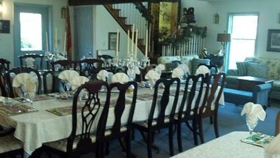 Battlefield Bed and Breakfast Inn: Dining room in the Farmhouse