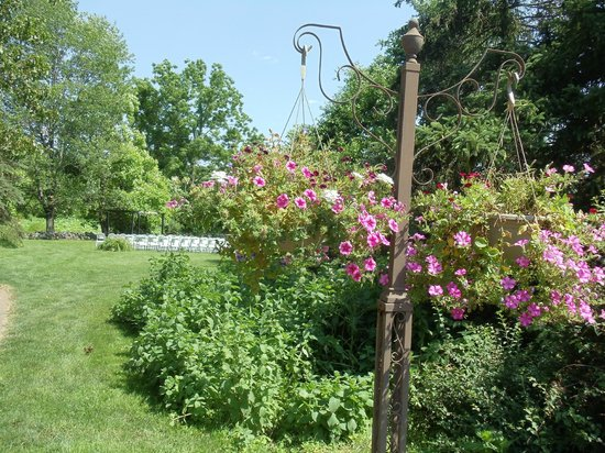 Battlefield Bed and Breakfast Inn: Thirty acres of lawn, garden, and nature preserve