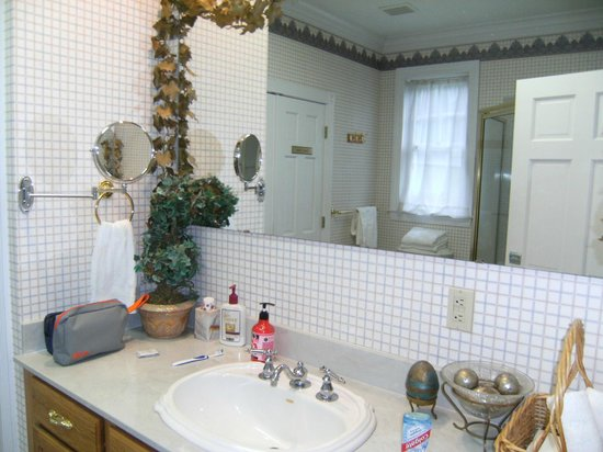Candleberry Inn B&B & Day Spa : HUGE beautiful bathroom in the Blue Room