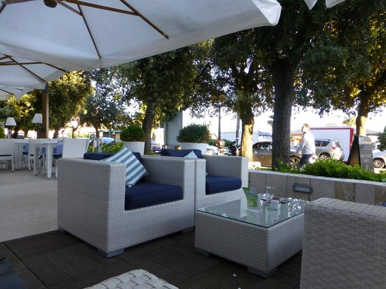 Valamar Riviera Hotel & Residence: Outside bar and dining area.