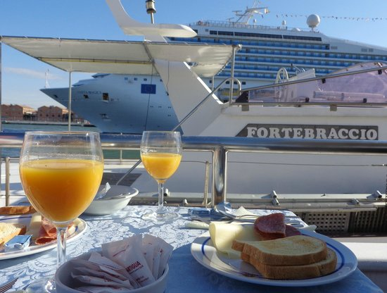 Sarah Sun Island: Breakfast with a cruise ship