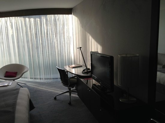 Renaissance Paris Arc de Triomphe Hotel: Desk and TV
