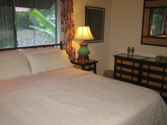 Kona Sugar Shack: Ocean Suite Master Bedroom