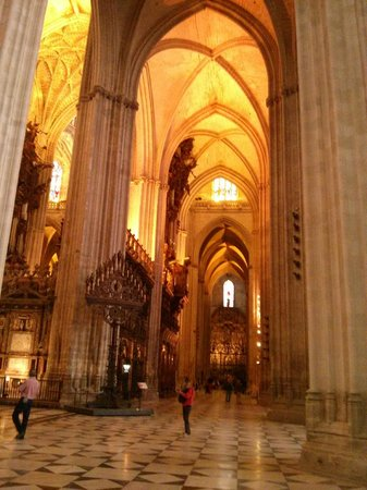Interior picture of seville cathedral catedral de for Exterior catedral de sevilla