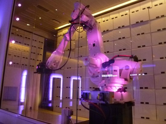 YOTEL New York at Times Square West: Yobot, el robot que guarda el equipaje!