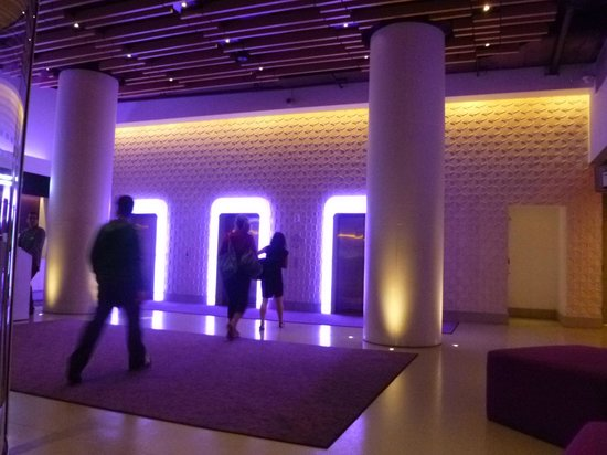 YOTEL New York at Times Square West: Entrada del hotel y sus ascensores iluminados!
