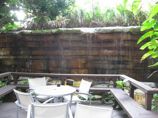 La Quinta Inn & Suites Cocoa Beach Oceanfront: Outdoor water feature and dining