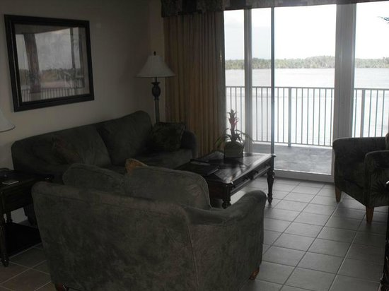Blue Heron Beach Resort: Livingroom overlooking lake, doors lead to balcony