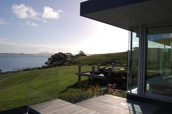Île de Waiheke, Nouvelle-Zélande : Outdoor living and dining beside the pool, looking out to Rangitoto