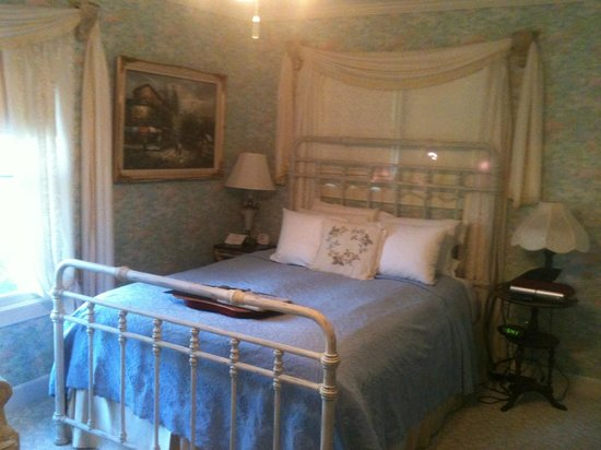 Arsenic and Old Lace Bed and Breakfast Inn: The Monet Room