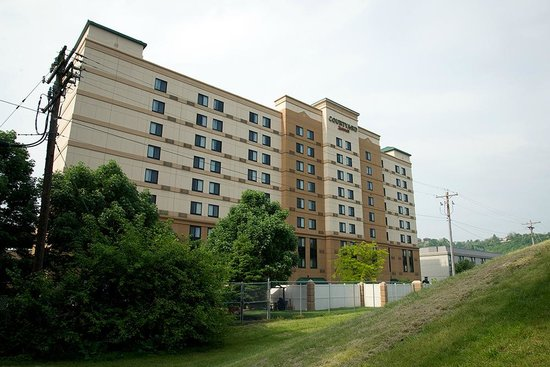 Courtyard by Marriott Cincinnati Covington: From the back...Note walled in garden area.