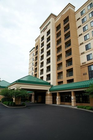 Courtyard by Marriott Cincinnati Covington: The front entrance...