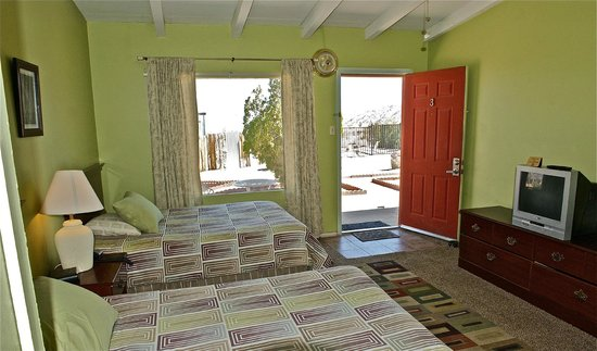 Twentynine Palms, CA: rooms with two full beds