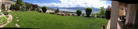 West Kelowna, Kanada: Amazing view from the backyard!