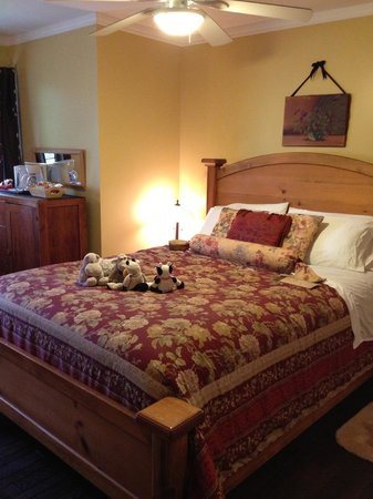 Harrison Hot Springs, Canadá: Comfy bed.
