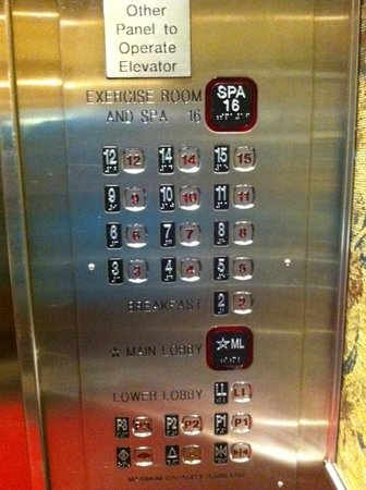 Hampton Inn & Suites Downtown Vancouver: Well marked elevator
