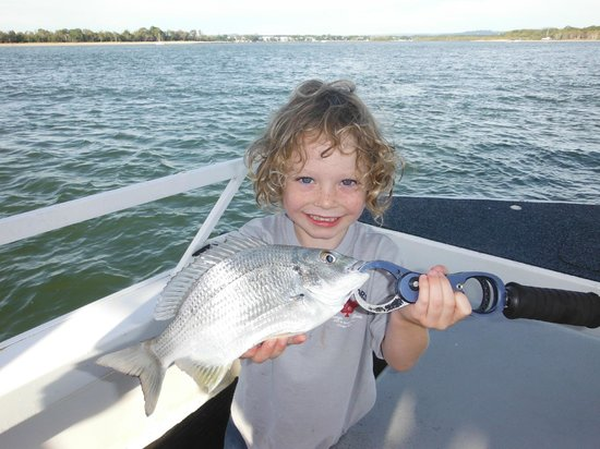 Tewantin, Australia: Oliver caught this 30cm Bream at the River Mouth.