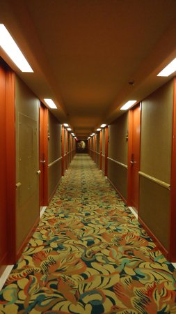 Aston Waikiki Beach Hotel: Bightly decorated hallway