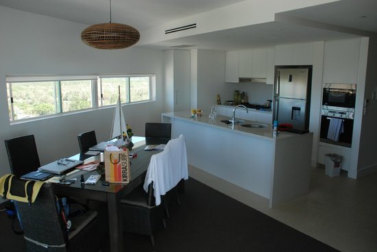Kirra Surf Apartments: Kitchen