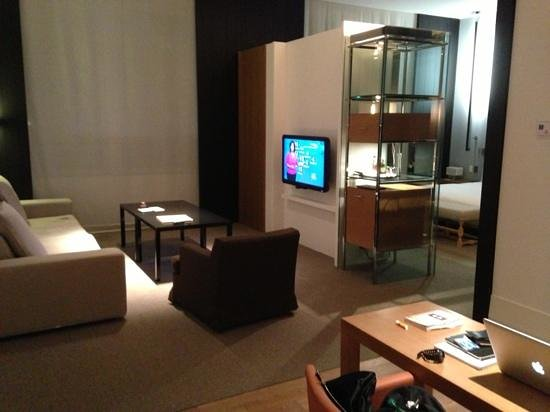 Andaz 5th Avenue: living area in large loft