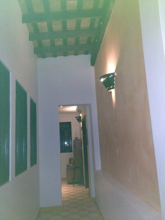 La Terraza Hotel: hallway from living room to the kitchen