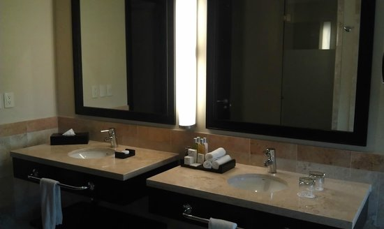 Now Jade Riviera Cancun Resort & Spa: The master bathroom.