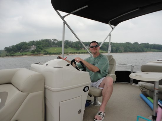 Grove, OK: Hubby crusin on nice boat
