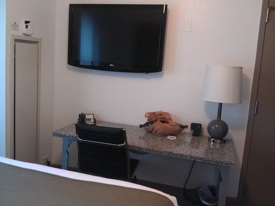 Hotel Cass, a Holiday Inn Express: large tv and big desk with lots of work space