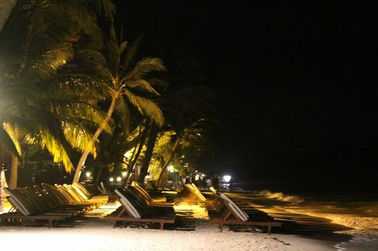 Chaweng Regent Beach Resort: The beach at night