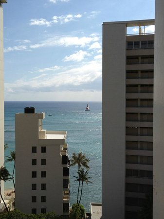 Aqua Lotus Honolulu: The view from our balcony.