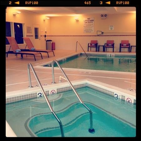 Westampton, NJ: pool and hot tub. very clean. towels on chairs.