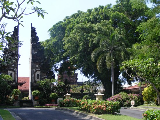 Nusa Dua Beach Hotel & Spa: this is the entry up the drive way